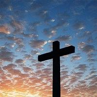 Cruz sob o céus de nuvens