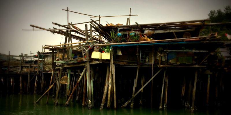 Casas pobres em via de palafitas