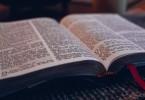 Bíblia sobre a mesa, caneca