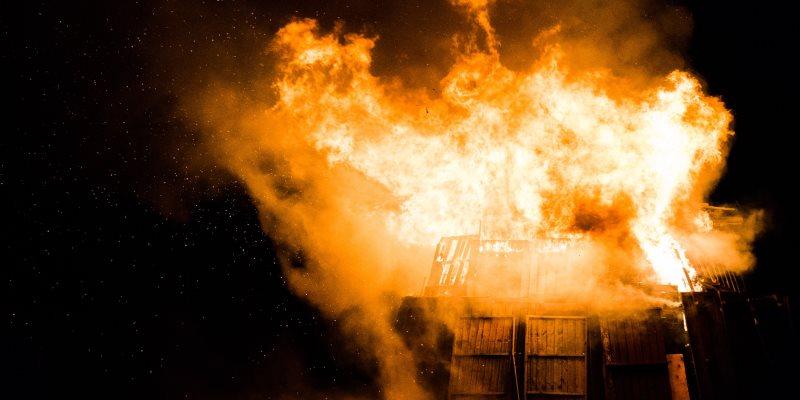 Casa queimando, construção pegando fogo