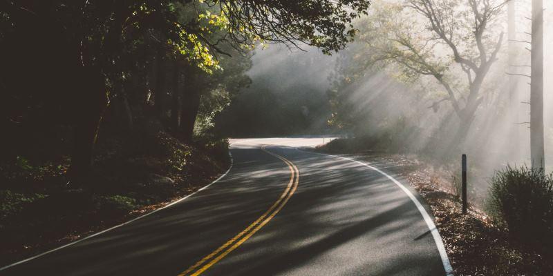 Estrada de mão dupla com luz do sol
