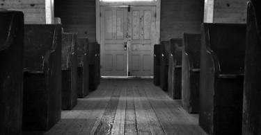 Igreja com bancos vazios