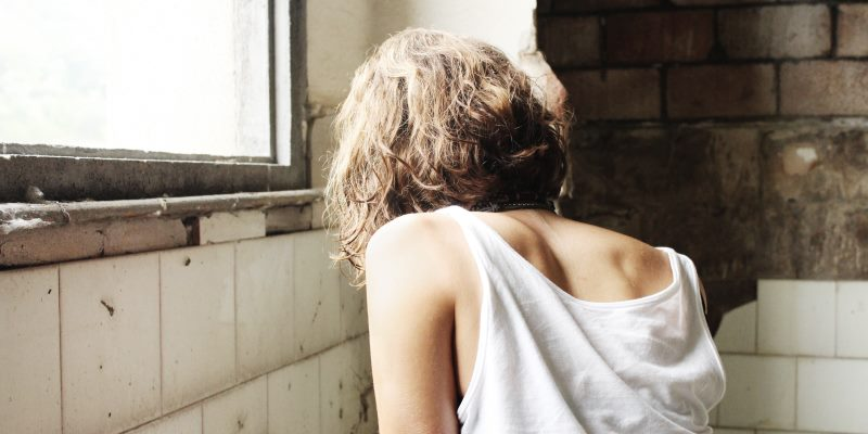 Mulher de costas em sala velha
