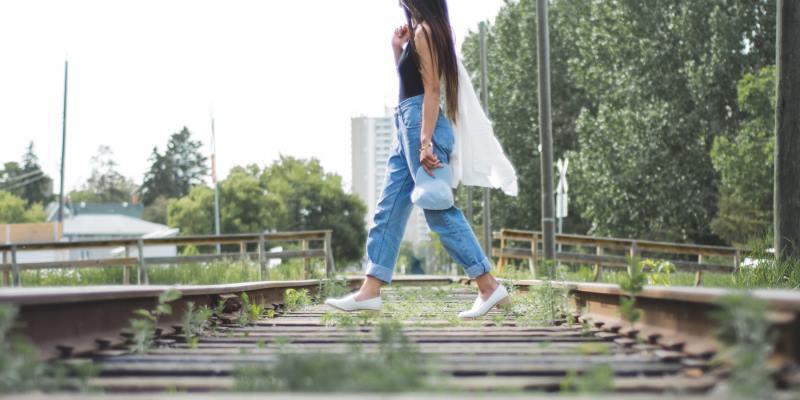Mulher na linha de trem