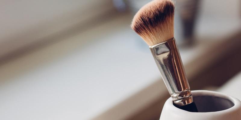Pincel de maquiagem no pote