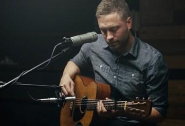 Brady Toops tocando violão