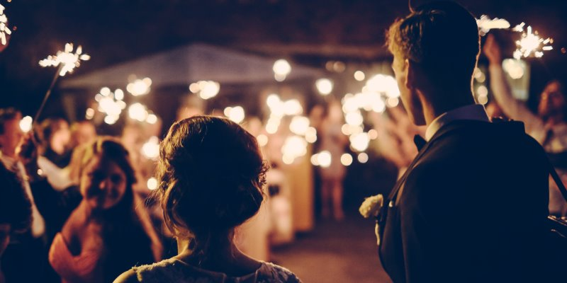 Casal chegando na festa