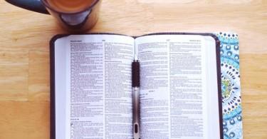 Bíblia aberta e caneta