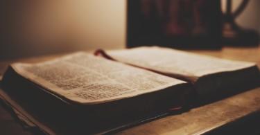 Bíblia e caneca