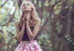 Mulher orando na floresta