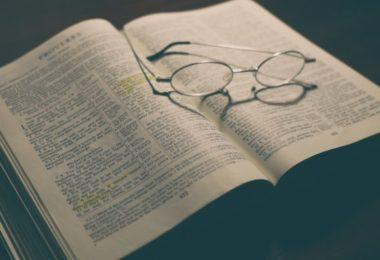 Bíblia e óculos