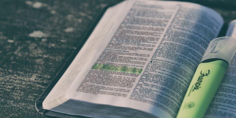 Bíblia aberta com caneta