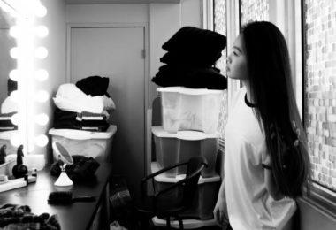 Mulher se vendo no espelho