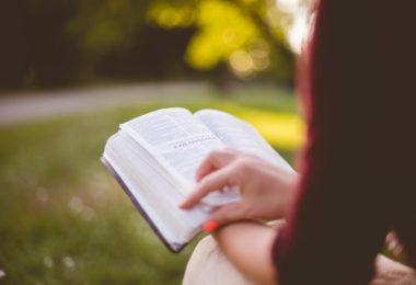 Biblia aberta no começo do livro de colossenses