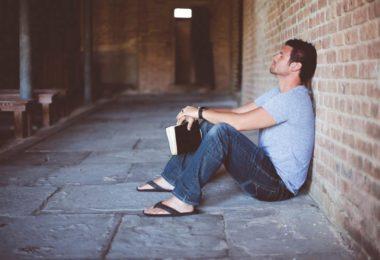 Coisas que você não deveria fazer na igreja - Ficar levantando constantemente