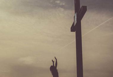 Cruz com homem à frente