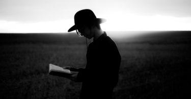 Homem com a bíblia na mão em pb