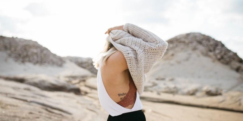 Mulher colocando a blusa - Coisas que você não deveria fazer na igreja