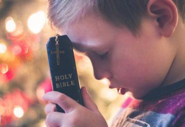 Menino com bíblia na mão
