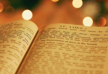Bíblia aberta em Lucas