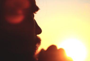 Homem ao pôr do sol