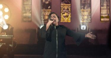Jéssica Augusto cantando a música gospel Betel, inspirada em corais americanos