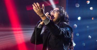 Cantora da ADAI cantando em gravação