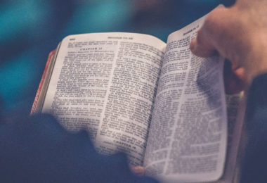 Bíblia virando página