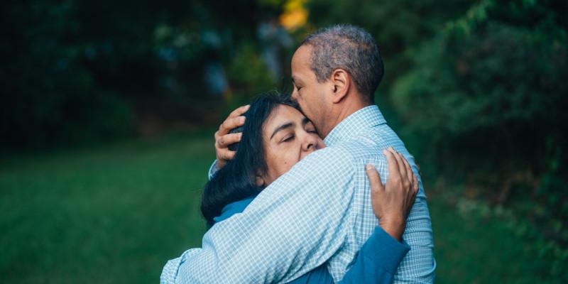 Homem e mulher se abraçando, representando a nossa ministração de célula sobre perdão