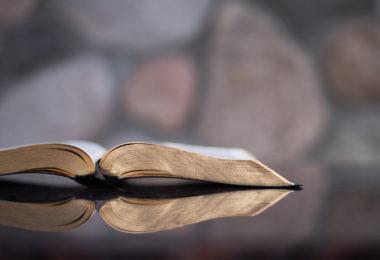 Bíblia aberta sobre a mesa