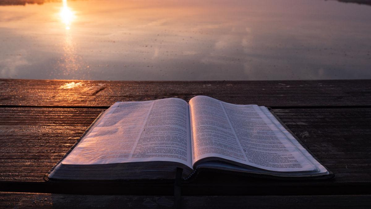 Bíblia em frente ao mar - Versículos sobre Deus Pai