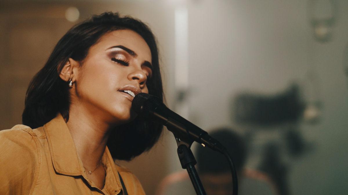 Julia Vitoria cantando