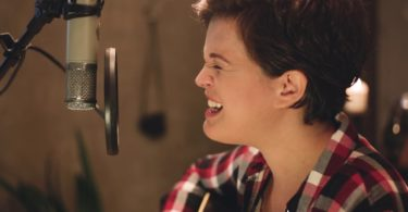 Roberta Spitaletti cantando e tocando