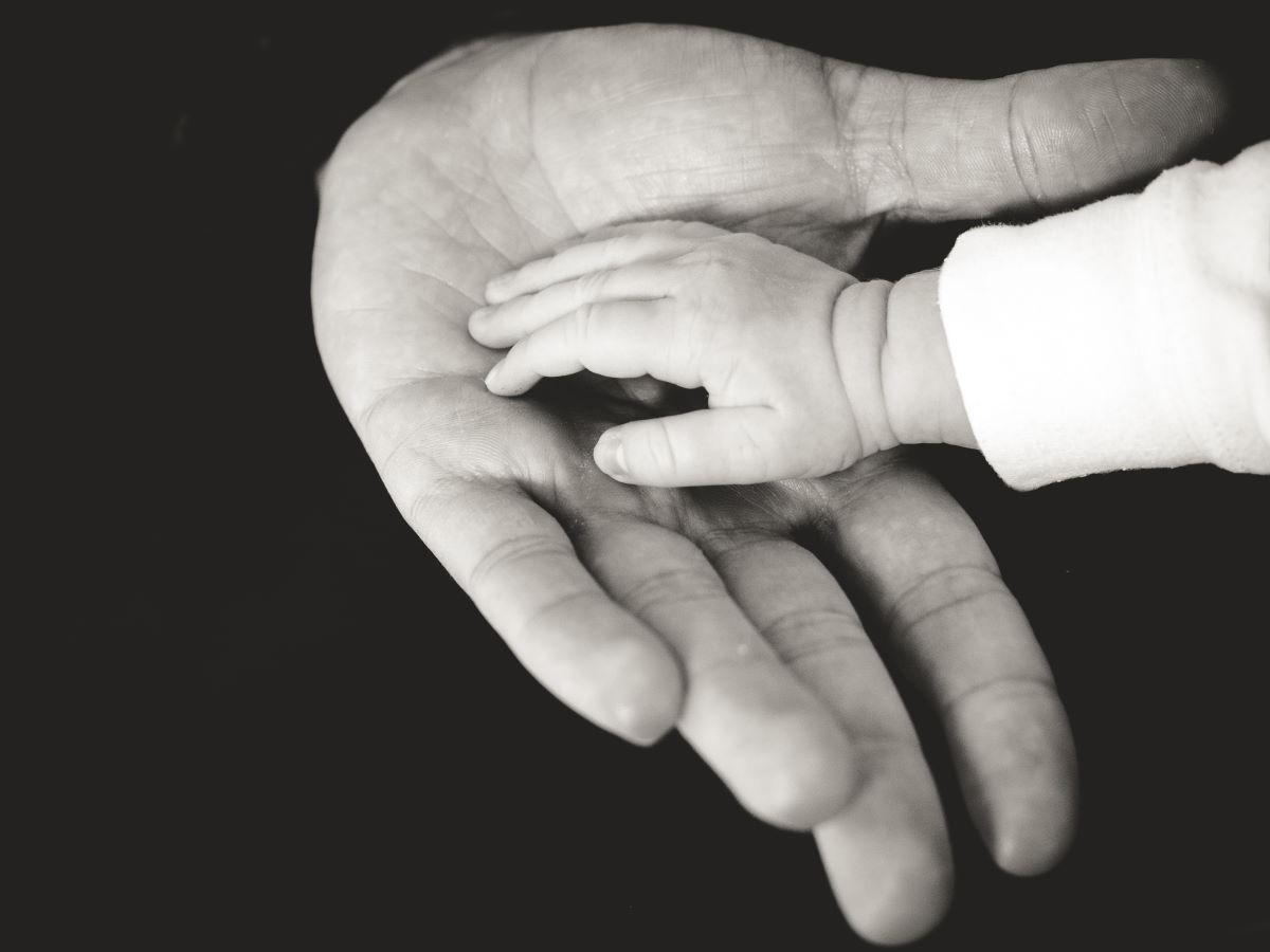 Mãos representando os versículos sobre Deus Pai