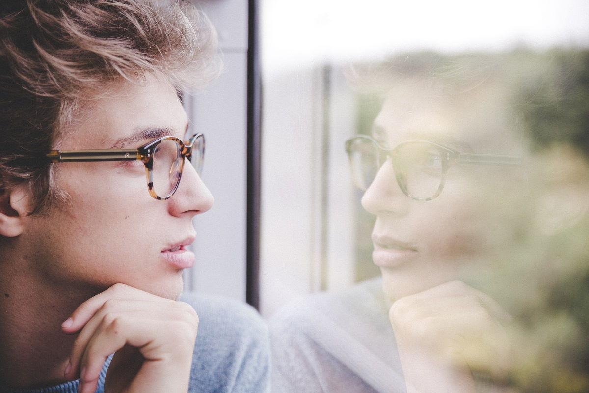 Homem em frente ao vidro representando os Versículos sobre decisão