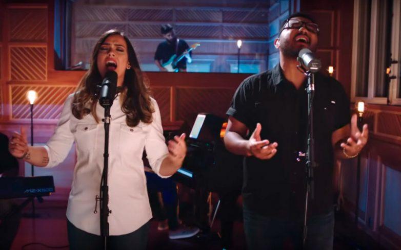 """Amanda Rodrigues e Eli Soares cantando a música """"Pra te guiar"""""""