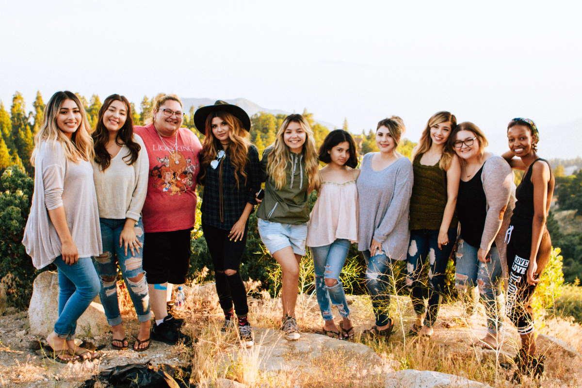 Mulheres juntas representando os Versículos para mulheres