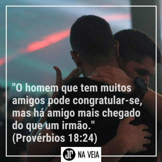 Amigos abraçados durante um culto - Versículos sobre amigos - Provérbios 18:24