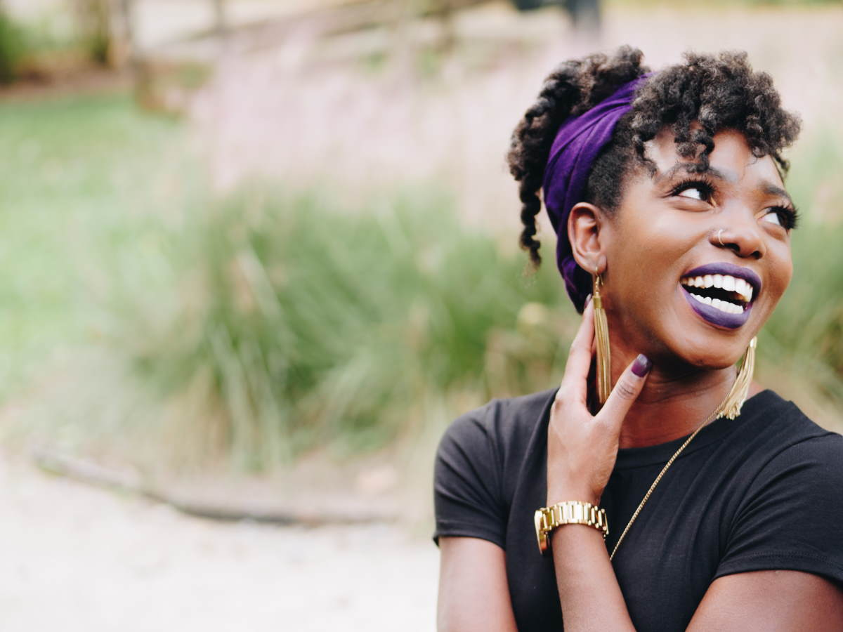 Mulher sorrindo, representando os Versículos para o dia da mulher