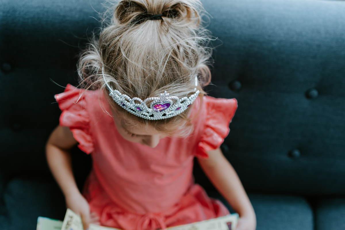 Menina vestida de princesa, com coroa, representando nossa lista de versículos sobre a princesa do Senhor