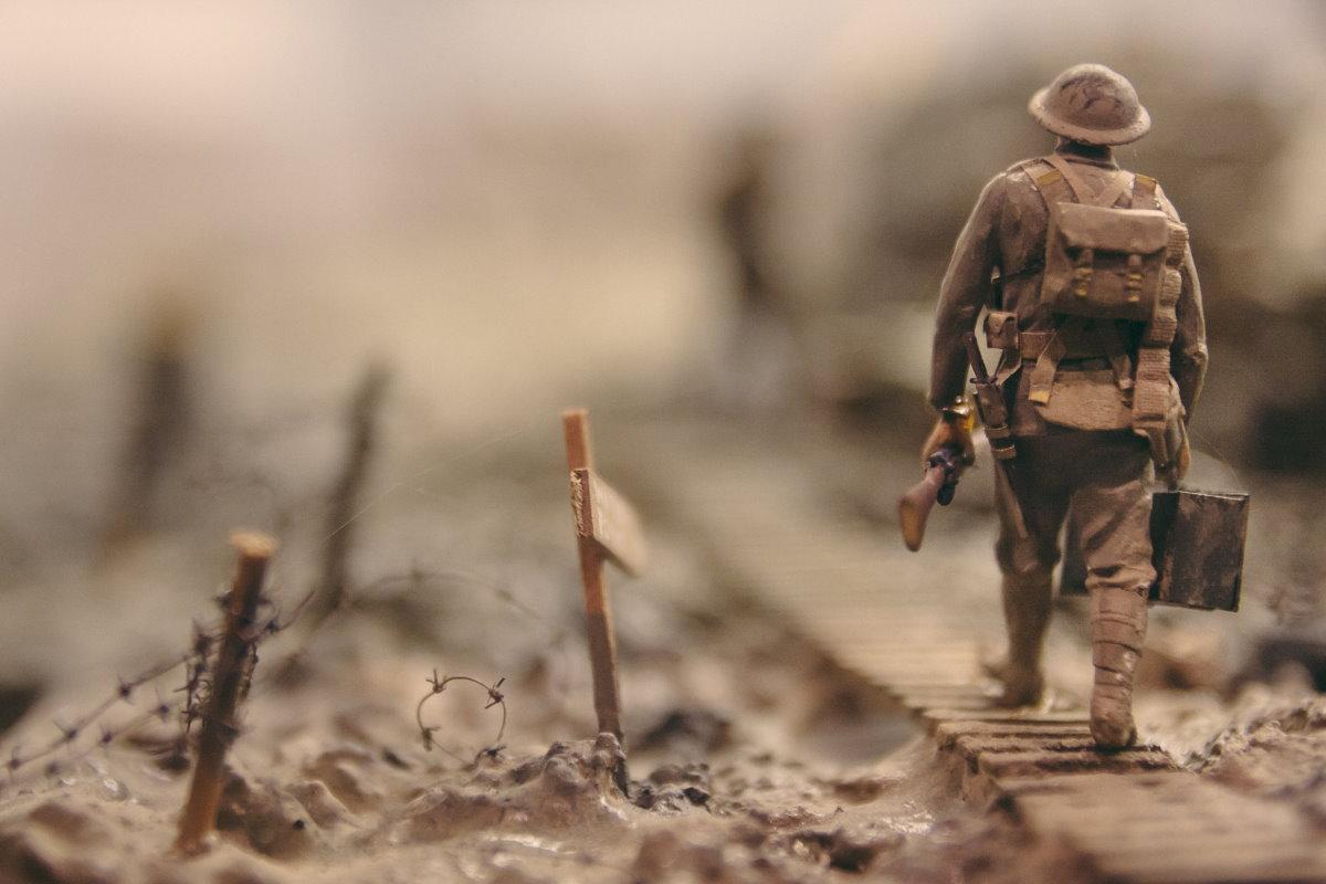 Foto de boneco de brinquedo simluando guerra. Representação para nossos Versículos de guerra