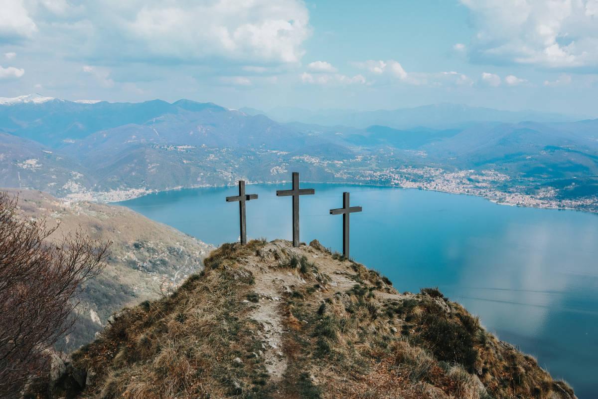 3 cruzes no topo da montanha representando os versículos sobre a páscoa