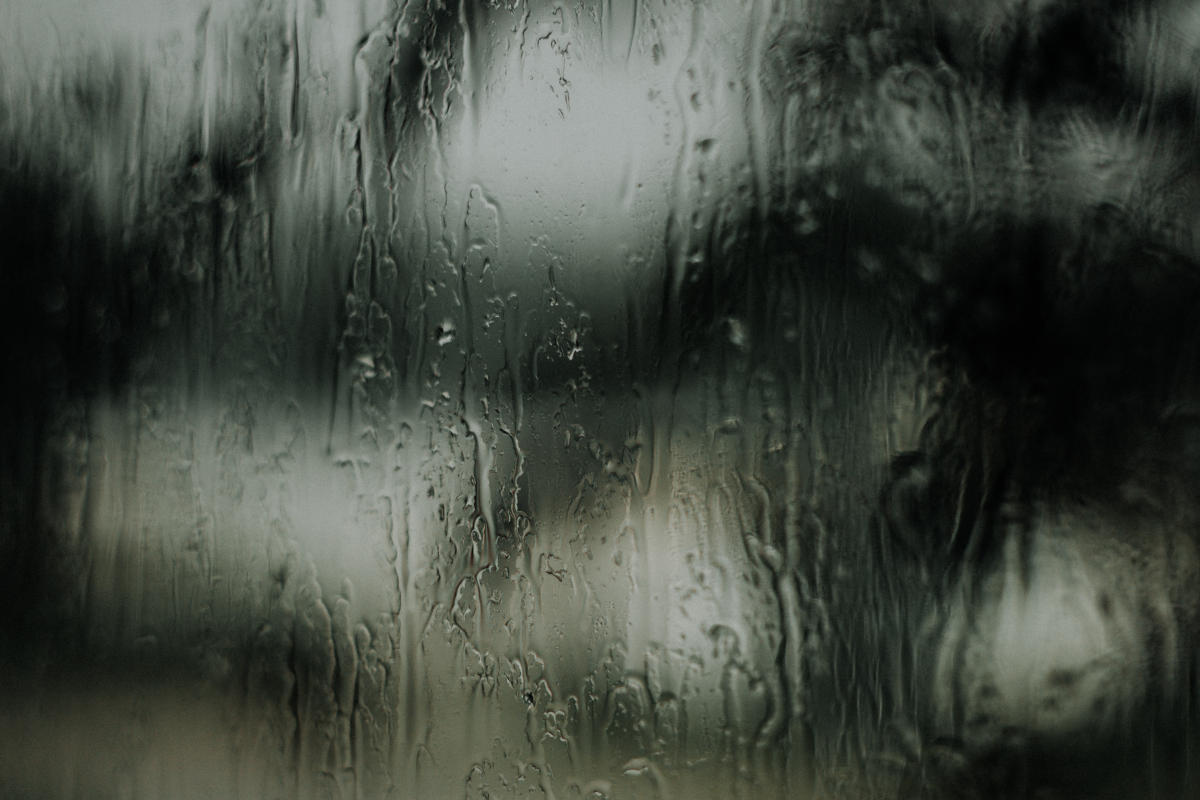 Chuva na janela representando os versículos sobre adultério
