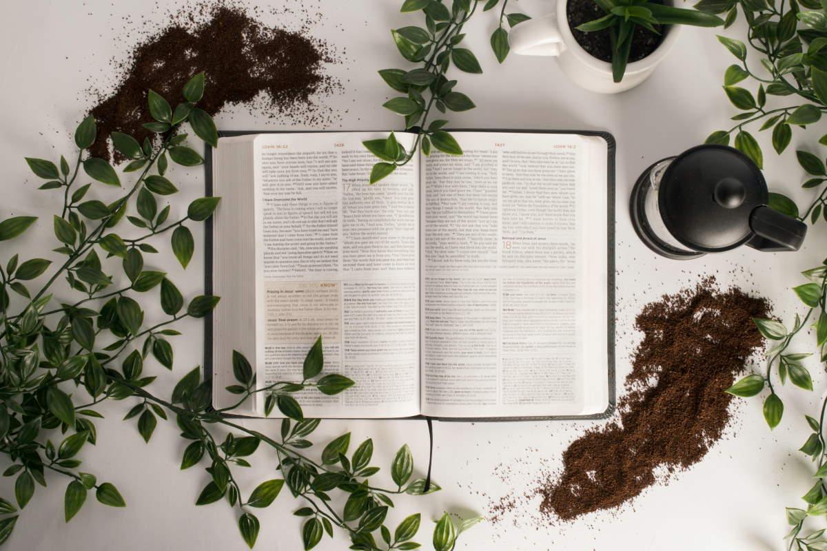 Bíblia sobre a mesa
