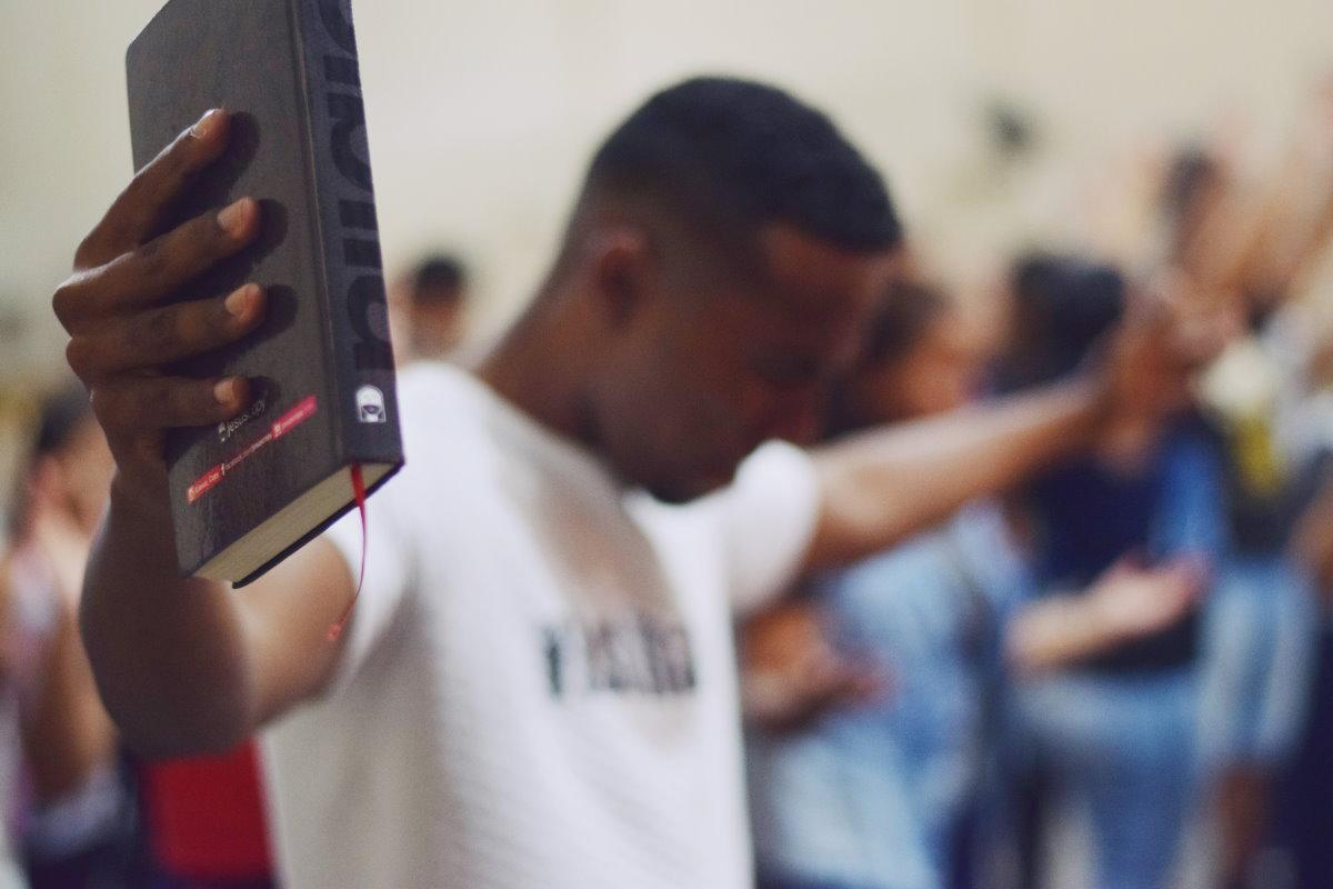 Homem orando representando os salmos de agradecimento