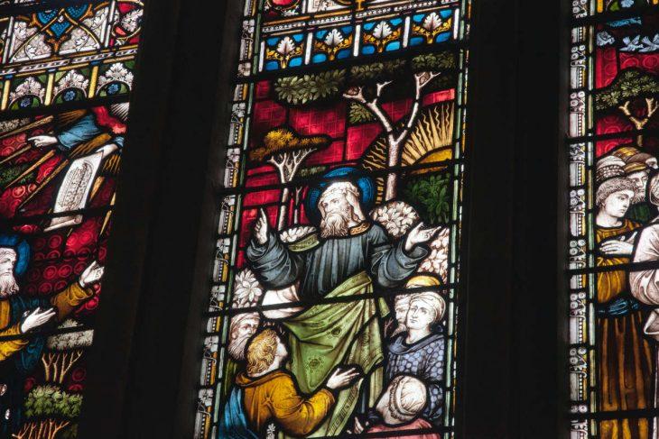 Vitral de igreja representando os estudos bíblicos sobre discípulos e multidão