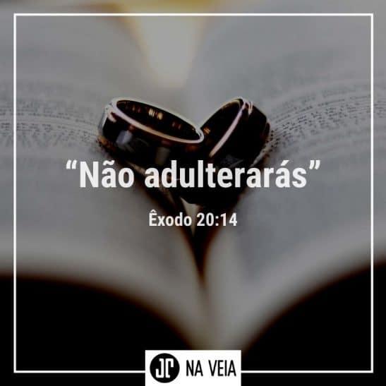 Alianças sobre a bíblia representando os versículos sobre adultério