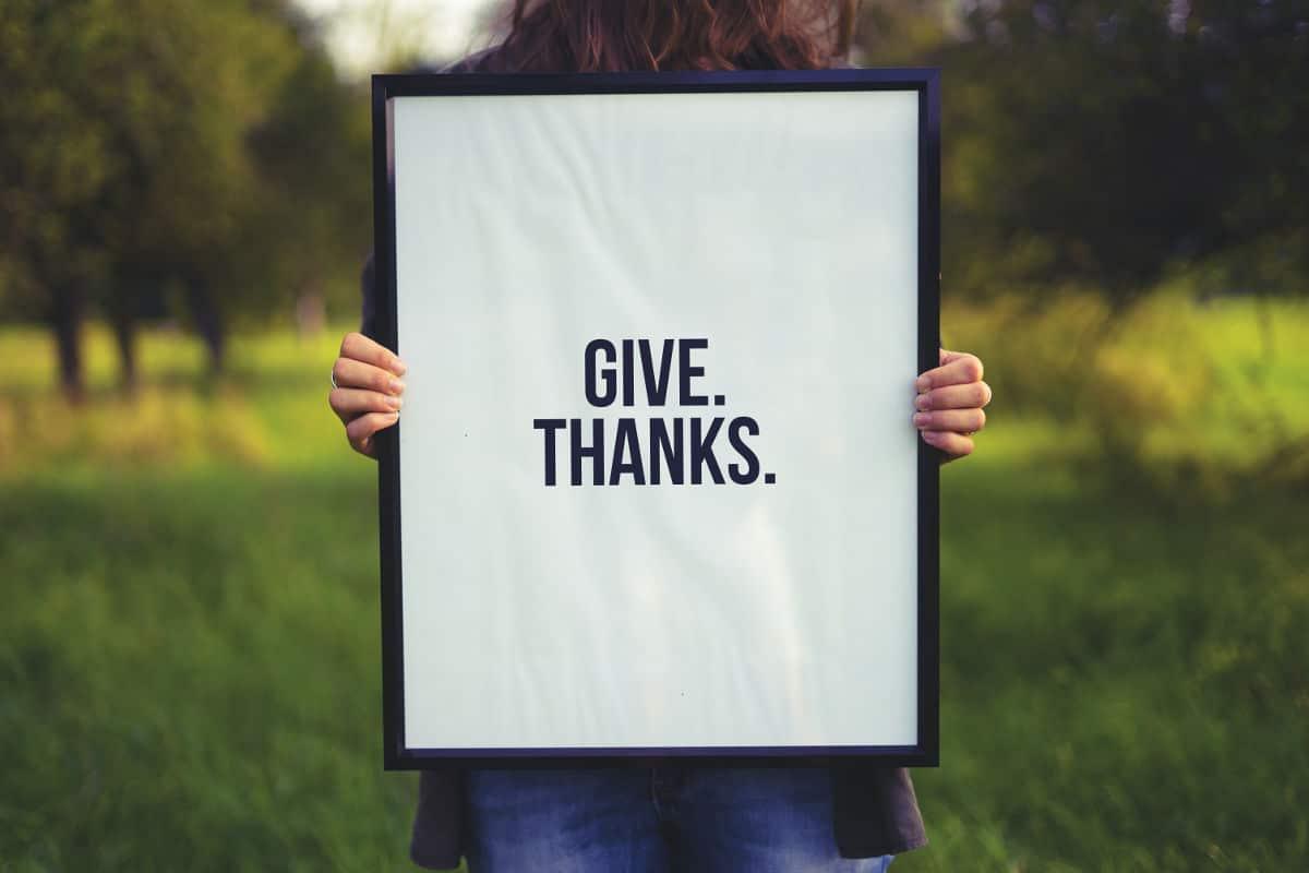"""Quadro com os dizeres """"Give thanks"""" - Representando os versículos de agradecimento"""