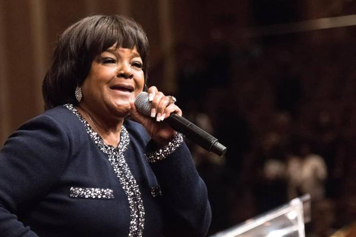 Shirley Caesar no púlpito