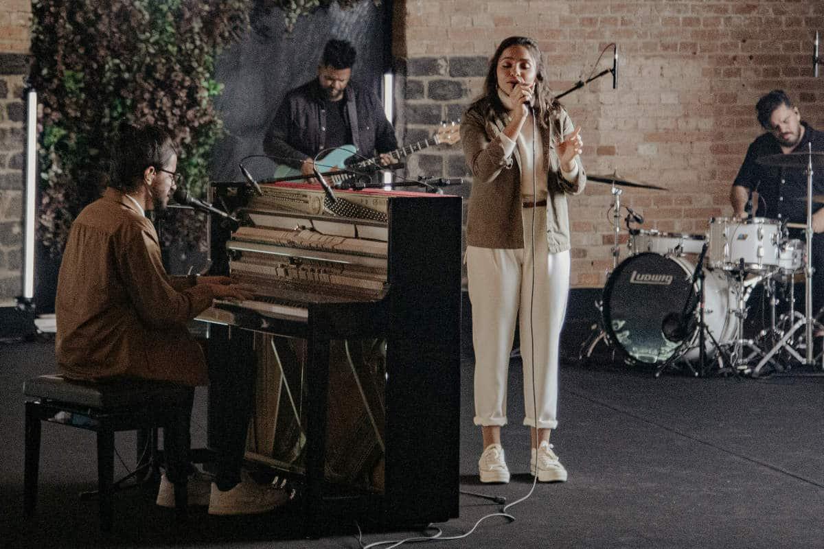 Julia Vitoria e Gabriel Guedes cantando a música Esperança